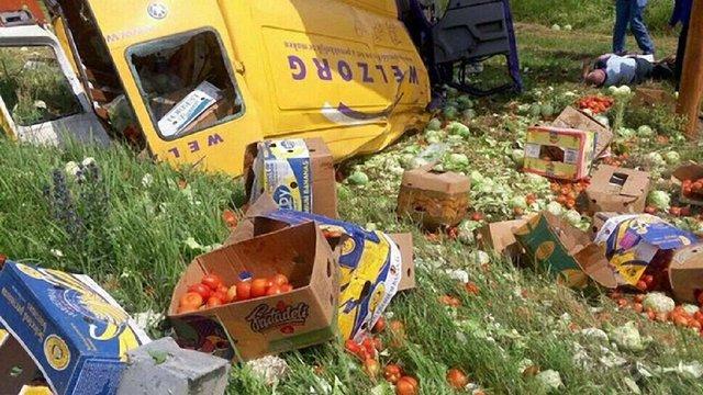 На трасі Київ-Чоп переповнений овочами бус перекинувся у кювет