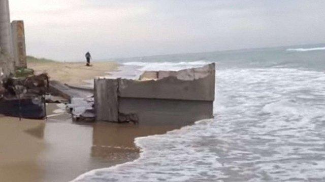 Шторм частково змив котедж Литвина, незаконно зведений на пляжі Кароліна-Бугазу