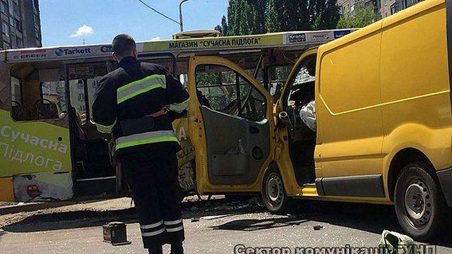 Сім осіб госпіталізували в Луцьку через зіткнення маршрутки із автомобілем