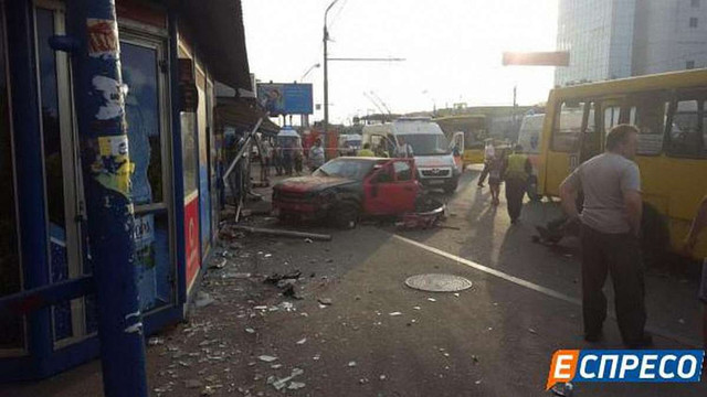 У Києві автомобіль в'їхав у зупинку: одна людина загинула, п'ять – постраждали