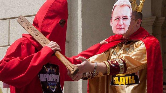 Біля львівської Ратуші влаштували театралізований мітинг проти Садового