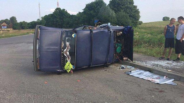 Внаслідок ДТП на Яворівщині перекинувся легковик, водія госпіталізували