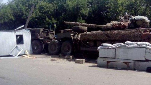 На Луганщині тягач взрізався в блокпост: загинув військовий