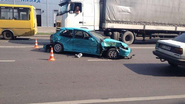 У Львові водій легковика, їдучи на червоне, зіткнувся з іншим авто і маршруткою