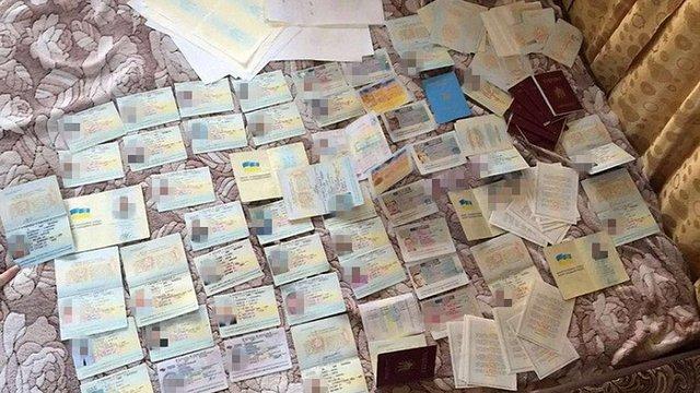 У Києві затримали групу зловмисників, які підробляли паспорти