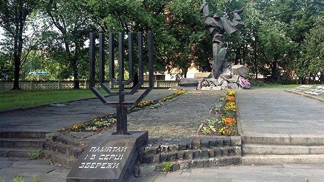 У Львові облили зеленою фарбою меморіал жертвам єврейського гетто
