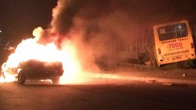 Внаслідок зіткнення з маршруткою у Львові згорів автомобіль