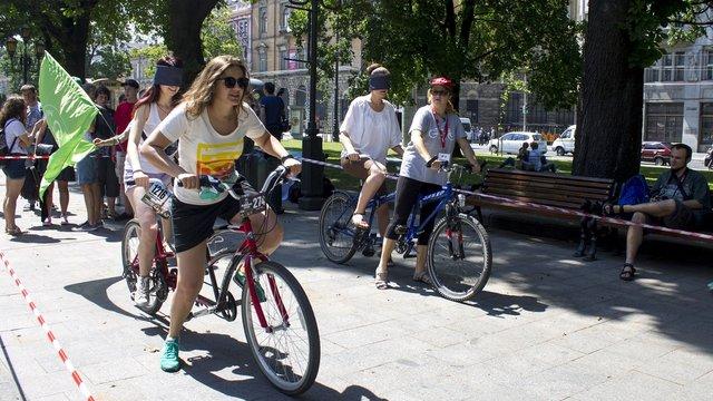 Львів'яни катались на велосипедах із зав'язаними очима