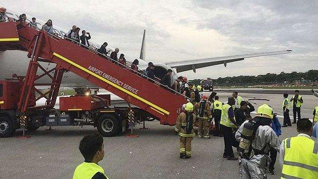 В аеропорту Сінгапуру під час посадки загорівся літак