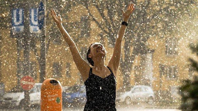 Завтра спеку в Україні розбавлять дощі, грози та зливи