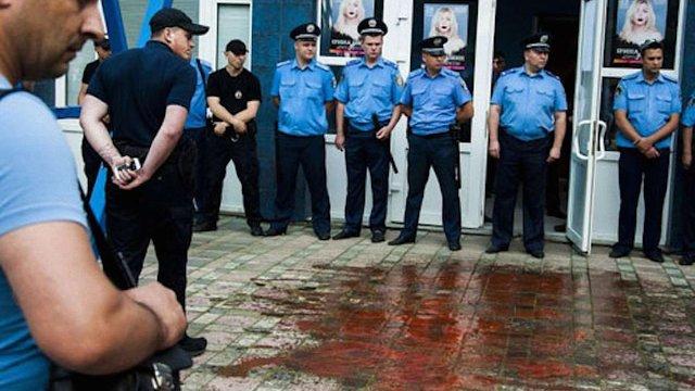 У Чернівцях вхід на концерт Лободи облили «кров'ю»