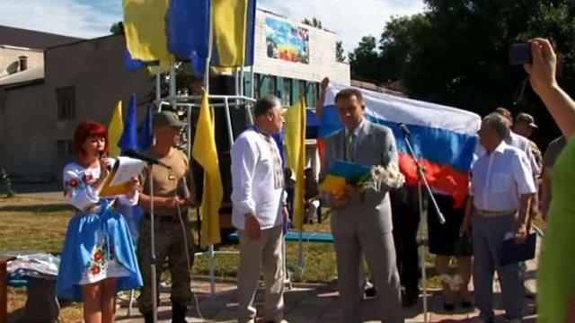 На Донеччині у День Конституції над мером-сепаратистом розтягнули російський прапор