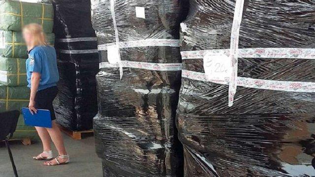 В Ужгороді вилучили 5 тонн контрабандного одягу з Китаю