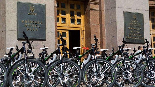 Влада Києва передала патрульним поліцейським сто німецьких велосипедів