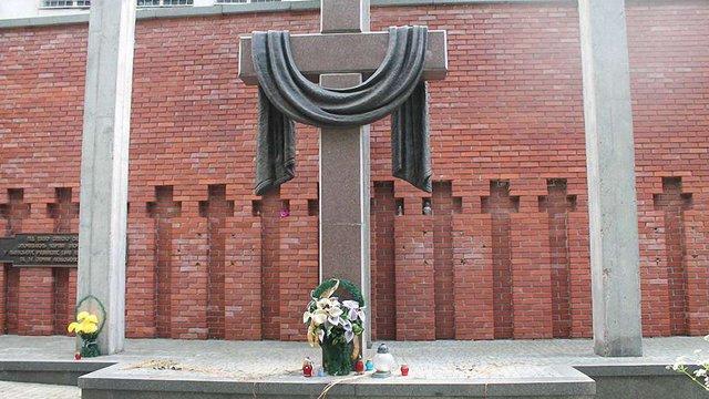 Вандалів, які в лютому понищили меморіал жертвам НКВС у Львові, досі не знайшли