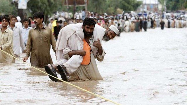 У Пакистані повінь змила мечеть з людьми
