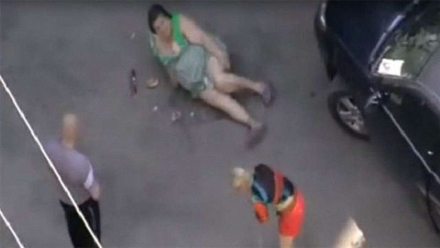 У відповідь на зауваження депутат збив жінку машиною, а його жінка знищила її продукти