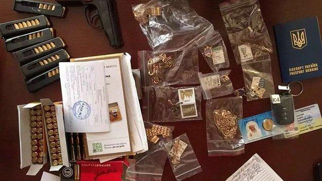 Правоохоронці показали, що вилучили у рівненського прокурора, який покривав бурштинову мафію