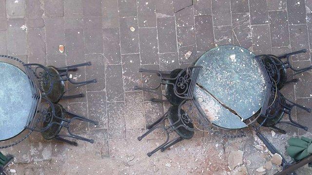 У центрі Львова штукатурка будинку обвалилася на літній майданчик