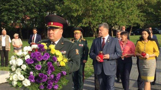 Порошенко схилив  коліно перед меморіалом жертвам Волинської «різні»