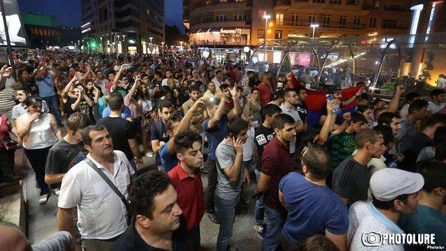 В Єревані люди протестують проти силового розв'язання кризи