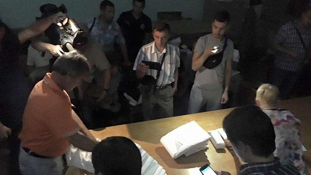 На Полтавщині під час перерахунку голосів на ОВК вимкнули світло