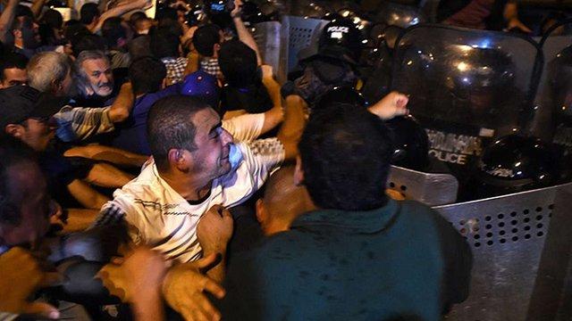 Біля захопленої будівлі МВС у Єревані почалися сутички поліції з мітингувальниками