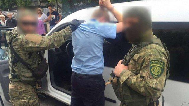 Затриманий за хабар львівський митник тікав від правоохоронців і мало не збив поліцейського