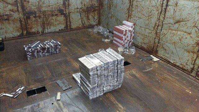 На Волині прикордонники виявили партію контрабандних цигарок у вагонах з тирсою