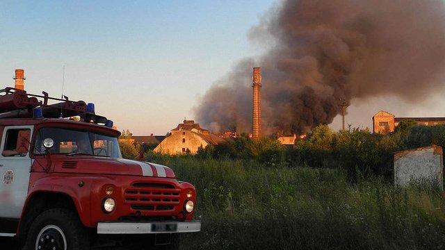 Рятувальники понад сім годин гасили пожежу на цукровому заводі у Ходорові