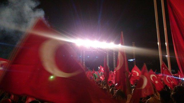 У Стамбулі десятки тисяч людей вийшли на мітинг на підтримку демократії