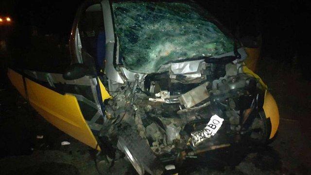 Внаслідок лобового зіткнення легкового авто з бусом на Львівщині постраждали семеро осіб