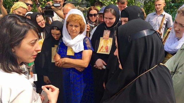 Учасники хресної ходи на Житомирській трасі відмовилися сісти в автобуси, рух заблоковано