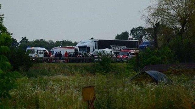Внаслідок зіткнення легковика з автобусом загинула жінка та травмувалися троє людей