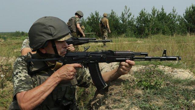 На Львівщині прикордонники комендатури швидкого реагування вправлялись у бойових стрільбах