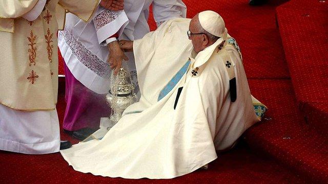 Папа Франциск впав під час урочистої меси у Польщі