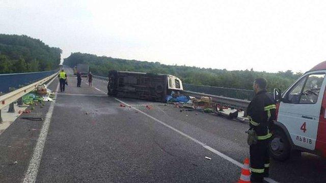 На Львівщині мікроавтобус зіткнувся з вантажним автомобілем: загинула людина