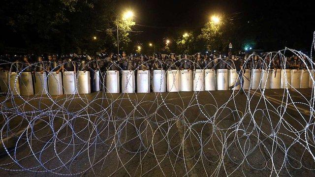 З будівлі полку поліції в Єревані звільнили захоплених у заручники лікарів
