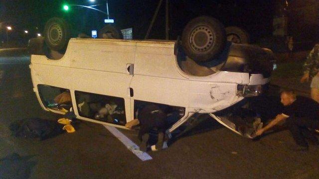 У Малехові нетверезий водій перекинув мікроавтобус
