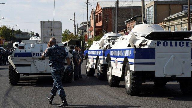 У Єревані в районі захопленої будівлі полку поліції чути стрілянину і вибухи