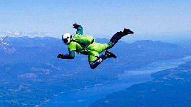 Екстремал із США першим у світі стрибнув з літака без парашута з висоти 7,6 тис. метрів