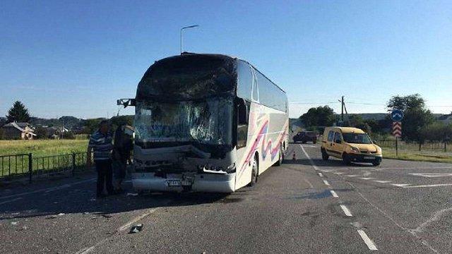 Внаслідок зіткнення двох автобусів біля Львова постраждали дві людини