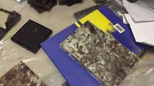 На Київщині викрили цех з виготовлення облицювальної плитки із бурштину