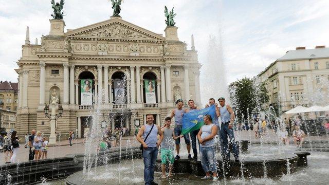Близько десятка десантників купалися у фонтані біля Львівської опери