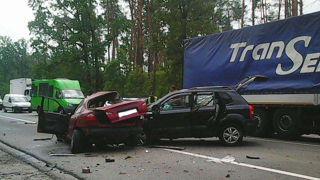 Під Києвом сталася ДТП за участю трьох автомобілів, одна людина загинула