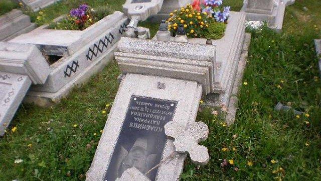 На сільському цвинтарі 23-річний вандал розбив майже 150 надгробків
