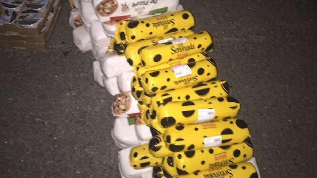 З рейсового автобуса львівські митники вилучили 4 т сирів та копченого сала