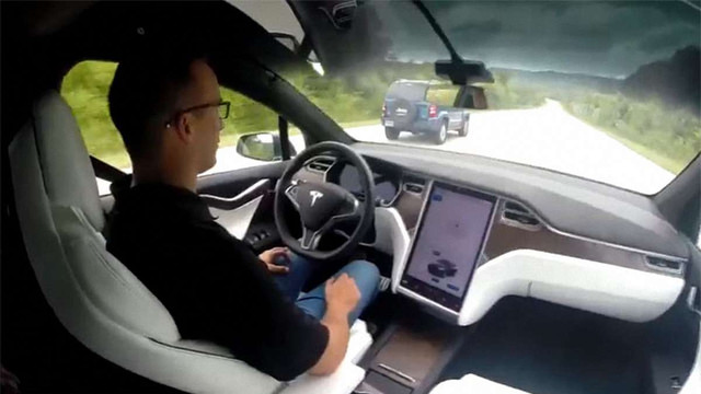 Автопілот Tesla Motors врятував життя американському водієві
