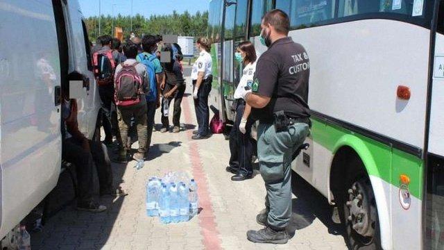 В Угорщині заарештували українця, який перевозив 33 мігрантів