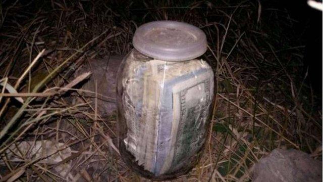 Затриманий на хабарі суддя Микола Чаус ховав долари у скляній банці